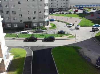Открытая автостоянка на территории